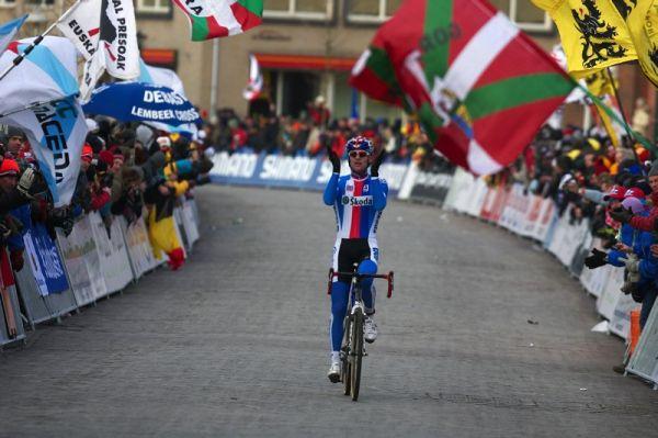 Mistrovství světa Cyklokros, Hoogerheide/NIZ - 1.2. 2009 - Zdeněk Štybar si v cíli zatleskal. A právem!