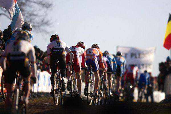 Mistrovství světa Cyklokros, Hoogerheide/NIZ - 31.1. 2009 - díky tvrdé trati a absenci techniky zůstávají dlouho velké skupiny závodníků