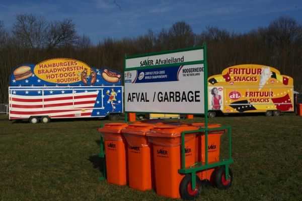 Mistrovství světa Cyklokros, Hoogerheide/NIZ - 30.1. 2009 - všude odpadkové koše a samozřejmě i stánky na hranolky, hamburgery a klobásky