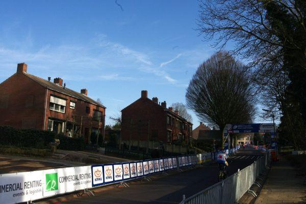Mistrovství světa Cyklokros, Hoogerheide/NIZ - 30.1. 2009 - start je umístěn do poměrně úzké ulice v typické holandské architektuře