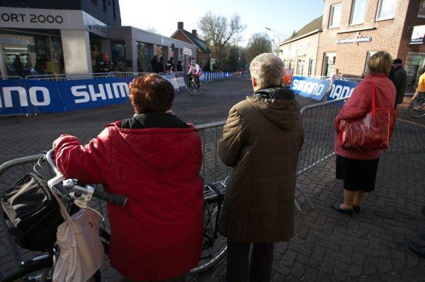 Mistrovství světa Cyklokros, Hoogerheide/NIZ - 30.1. 2009 - trénink nepřitahoval jen školáky....