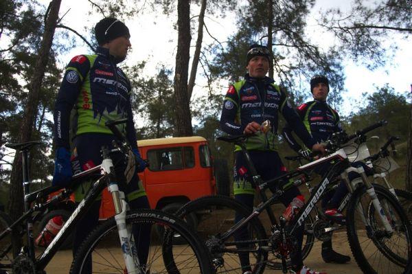 """Sunshine Cup #2 - Afxentia Stage Race 2009, Kypr - """"Meriďáci"""" těsně před vyjetím se ze závodu"""