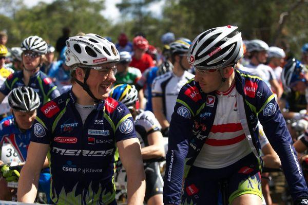 Sunshine Cup #2 - Afxentia Stage Race 2009, Kypr - dobrá nálada před startem; vlevo Jiří Friedl, vpravo Christoph Soukup