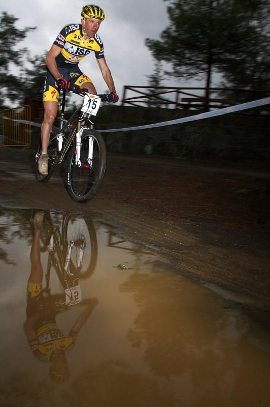 Sunshine Cup #2 - Afxentia Stage Race 2009, Kypr - Mirko Pirazzoli míjí jednu z kaluží, na Kypru málo častým jevem