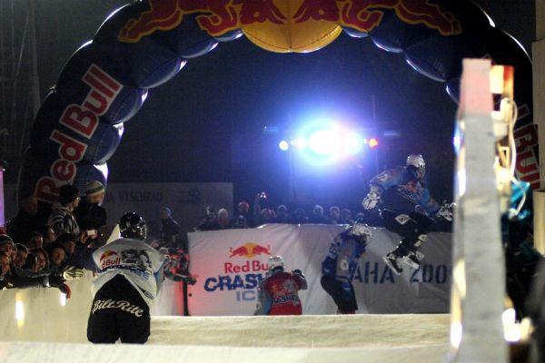 Red Bull Crashed Ice 2009 - Praha Vy�ehrad: mal� fin�le bylo exhibic� plnou par�di�ek