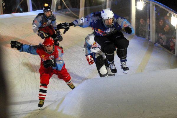Red Bull Crashed Ice 2009 - Praha Vyšehrad: Finále těsně před pádem Kanaďana (v červeném)