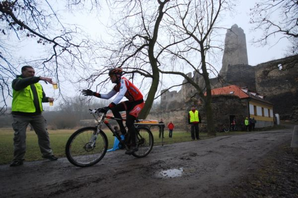 1. Zimní pražský MTB maraton '09: Eda Pinkava na občerstvovačce pod Okoří