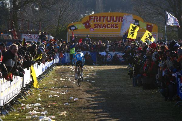 Fanoušci na MS v cyklokrosu, Hoogerheide, /NIZ/ 31.1. - 1.2. 2009 - I přes kvantum popelnic se na zemi vytvořil neuvěřitelný bordel, bohužel i na trati