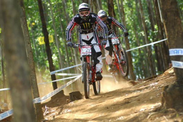 SP DH #1 2009 - Pietermaritzburg /RSA/: Sam Hill a Brendan Fairclough na tréninku