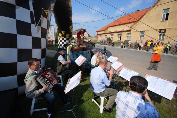 MTB Přes dva kopce 2009: živá muzika u valníku
