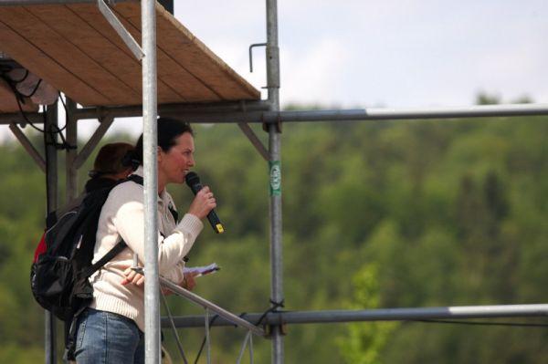 Kelly's Malevil Cup 2009 - ČP XCM #2: cyklocestovatelka Lucie Kovaříková v roli spíkra pro německé fanoušky.