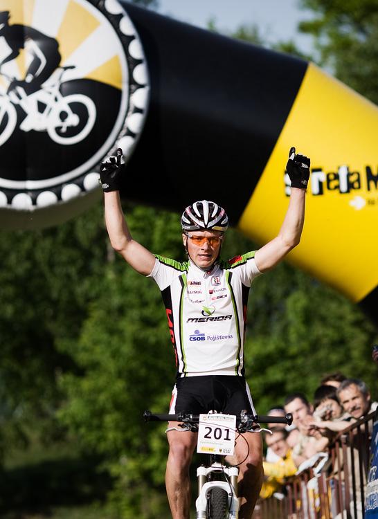 Maja Wloszczowska MTB Race - Jelenia Góra 9.5. 2009 - Jiří Friedl vítězně v cílové bráně