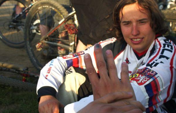 Nissan UCI MTB World Cup 4X #2 - Houfalize /BEL/ 1.-2. 5. 2009 - Ruka Jany Horákové, v pozadí Romana Labounková