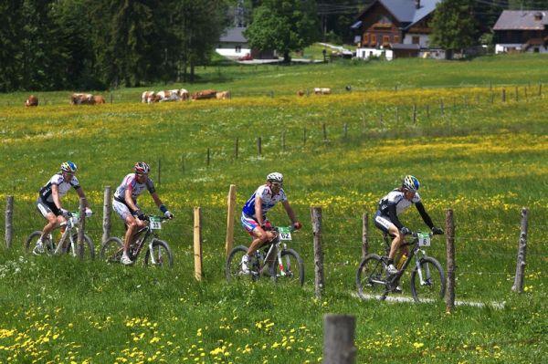 Alpentour Trophy, Schladming /AUT/ - 1. etapa, 29.5. 2009 - skupinka favoritů v čele se Stefanam Sahmem