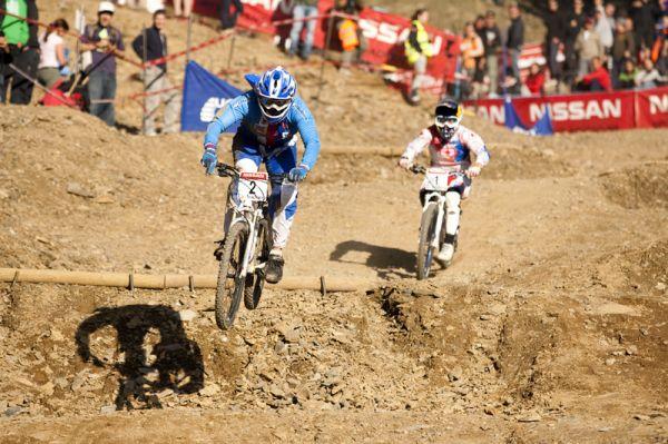 Nissan UCI World Cup 4X & DH Andora - Vallnord 2009: Horáková po pádu třetí před Kintner /foto: Gary Perkin/