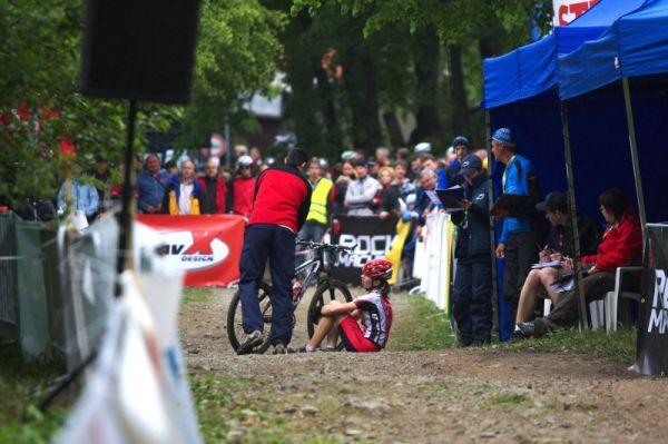 Český pohár Rock Machine XC MTB Cup 2009 - Bystřice pod Hostýnem 16.5. - jedna z juniorek byla tak prošitá, že svalila na zem centimetr za cílovou čárou a odmítala kamkoli jít...