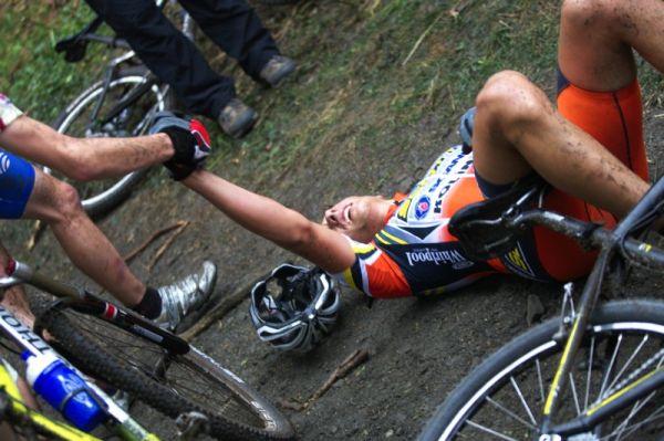 Český pohár Rock Machine XC MTB Cup 2009 - Bystřice pod Hostýnem 16.5. - kadet Ondřej Žniva ze sebe vydal všechno, v cíli mu nevadil odpočinek v blátě