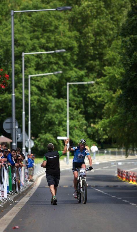 4. závod českého poháru Rockmachine XC Cupu, Teplice 20.6. 2009 - první gratulace od trenéra přišla ještě před cílovou páskou