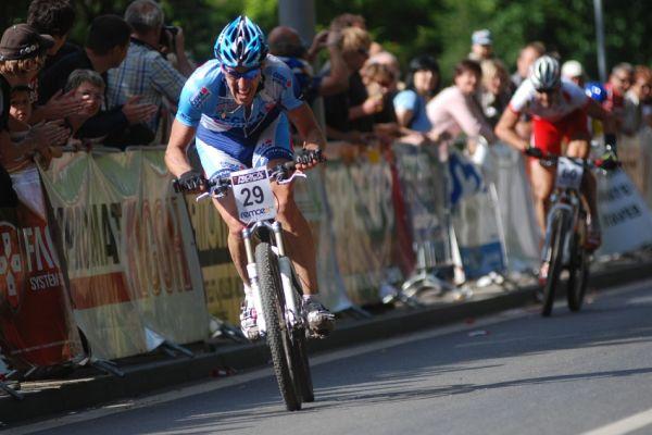 �P MTB XC #4 2009 - Teplice: Milan Sp�n� spurtuje za v�t�zstv�m