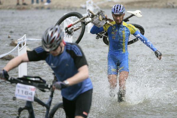 Giant Berounský BikeMaraton 2009: Jan Hruška kráčí Berounkou za obhajobou vítězství