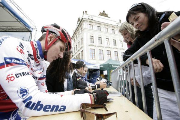 Pražské schody ČS 2009: Jarda Kulhavý rozdává telefony fanynkám