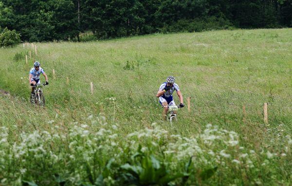 Král Šumavy 2009 - Martin Zlámalík si z kraje závodu utvořl menší náskok před Pavlem Zerzáňem