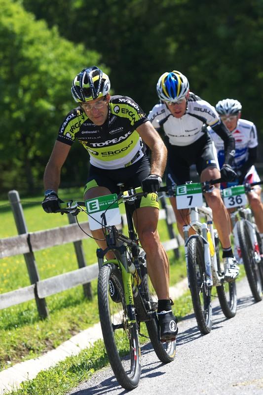 Alpentour Trophy, Schladming /AUT/ - 1. etapa, 29.5. 2009 - Alban Lakata stíhán Stefanem Sahnem a Tony Longem