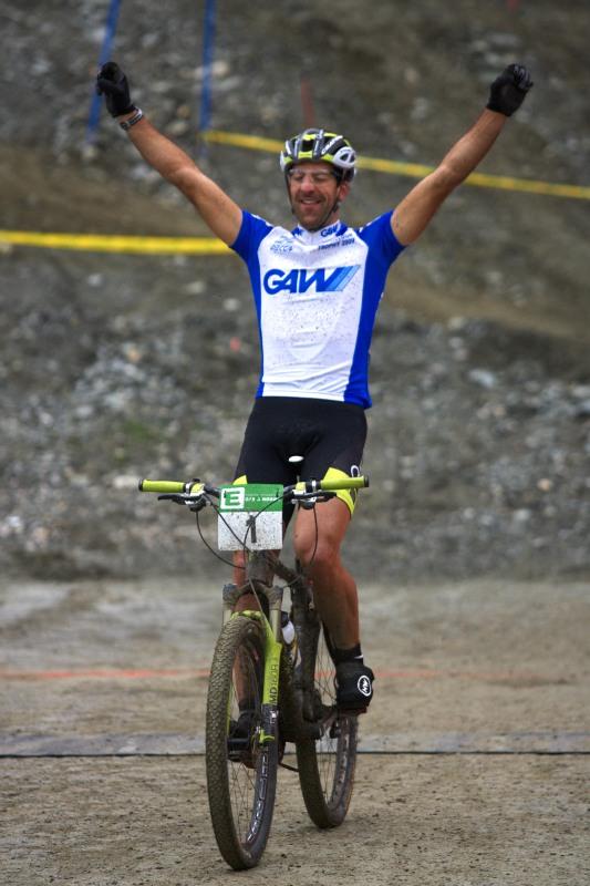 Alpentour Trophy, Schladming /AUT/ - 4. etapa 1.6. 2009 - Alban Lakata projíždí cílem