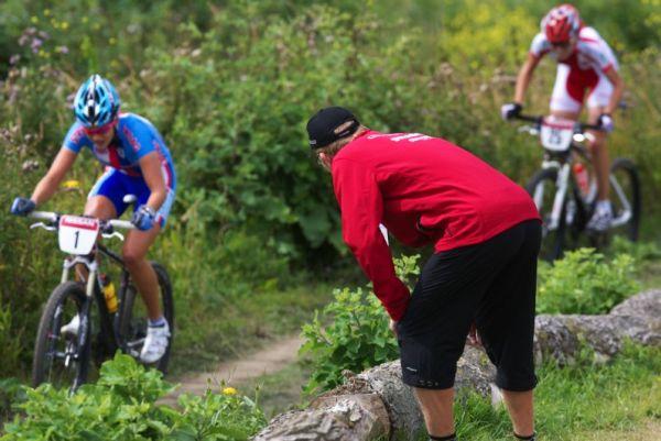 Mistrovstv� Evropy MTB XC 2009 - Zoetermeer /NED/ - U23: Jan Slav��ek povzbuzuje Terezu Hu��kovou