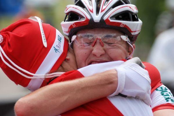 Mistrovství Evropy XC 2009 - Zoetermeer /NED/ - muži a ženy U23: Dawidowicz v cílovém objetí s Majou Wloszczowskou