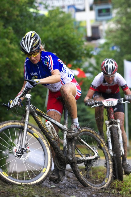 Mistrovství Evropy MTB XC 2009 - Zoetermeer /NED/ - juniorky & junioři: Pauline Ferrand Prevot bojuje s bahnem a Michelle Hediger