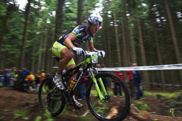 Merida Bike Vysočina 2009 - XCO - Ralph Näf si klestí cestu