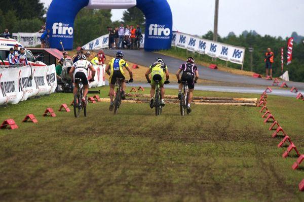 Merida Bike Vysočina 2009 - sprint - promáčená startovní rovinka dávala zabrat