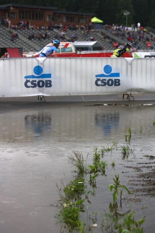 Merida Bike Vysočina 2009 - sprint - kaluže a kapky deště dělaly společnost bikerům po celý víkend