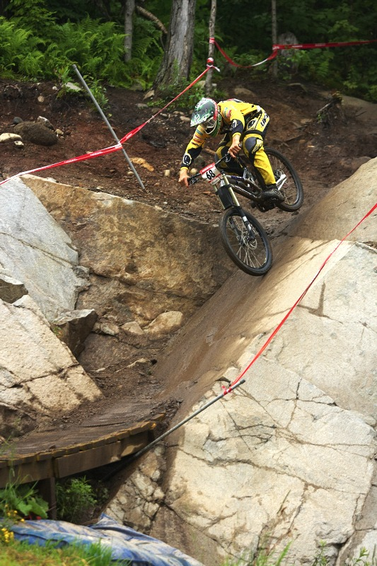 Nissan UCI MTB World Cup 4X/DH #7 - Bromont 1.8. 2009 - letos byl vynech�n vysok� drop, ze sk�ly se sj�d�lo pon�kud klidn�ji