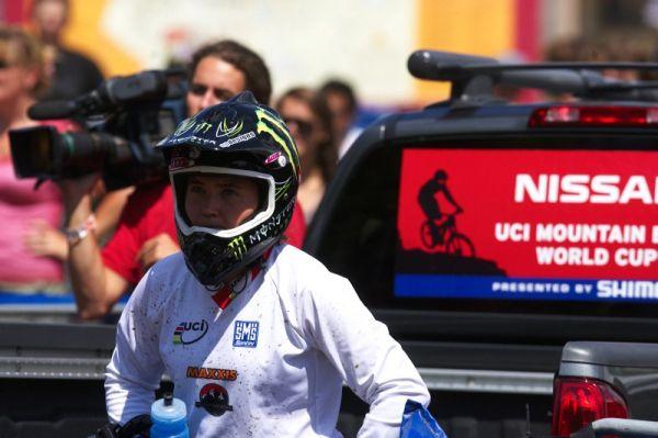 Nissan UCI MTB World Cup 4X/DH #7 - Bromont 1.8. 2009 - Sabrina Jonier vyhlíží poslední ženu na trati