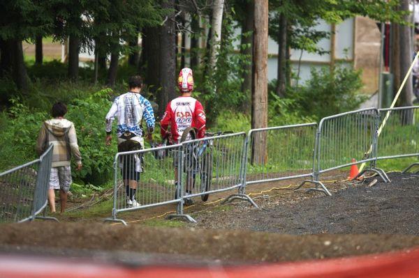 Nissan UCI MTB World Cup 4X/DH #7 - Bromont 1.8. 2009 - Lukáš odchází v doprovodu Slavíka