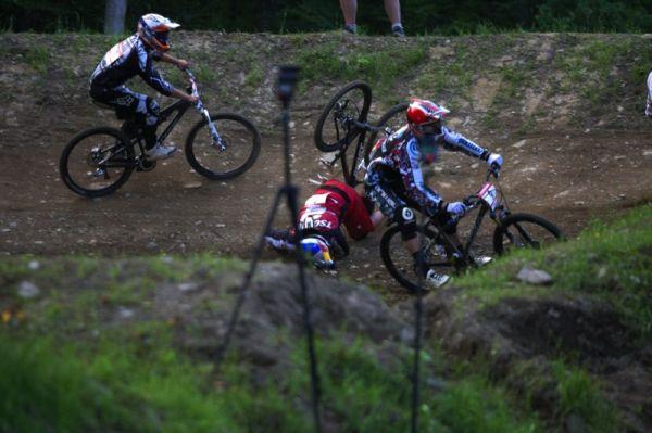 """Nissan UCI MTB World Cup 4X/DH #7 - Bromont 1.8. 2009 - Guido Tschugg právě líbá kanadskou půdu, Dan Atherton opět u toho, možná už by si jeho """"prasárniček"""" mohli rozhodčí všimnout"""