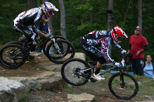 Nissan UCI MTB World Cup 4X/DH #7 - Bromont 1.8. 2009 - v �ele semifin�le Dan Atherton, vzadu schov�n Michal Prokop