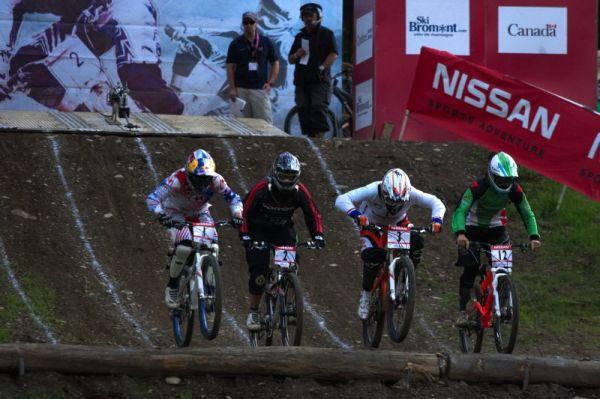 Nissan UCI MTB World Cup 4X/DH #7 - Bromont 1.8. 2009 - velké finále žen -  se st. číslem 2 je Fionn Griffith