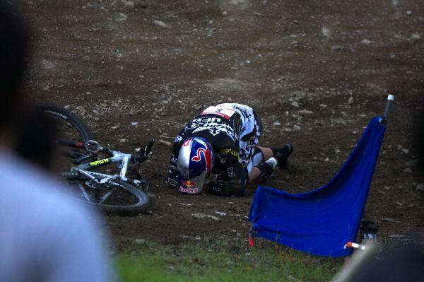 Nissan UCI MTB World Cup 4X/DH #7 - Bromont 1.8. 2009 - Michal Prokop se sbírá z ošklivě vyhlížejícího pádu