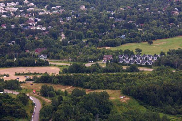 Nissan UCI MTB World Cup 4X+DH #6 - Mont St. Anne /KAN/ 25.7.2009 - v té řadě domů napravo bydlíme :-)