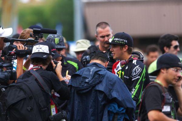 Nissan UCI MTB World Cup 4X+DH #6 - Mont St. Anne /KAN/ 25.7.2009 - Sam Hill v zajetí novinářů