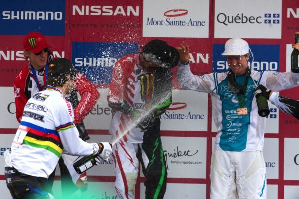Nissan UCI MTB World Cup 4X+DH #6 - Mont St. Anne /KAN/ 25.7.2009 - nováček na pódiu Aaron Gwin dostal uvítací spršku