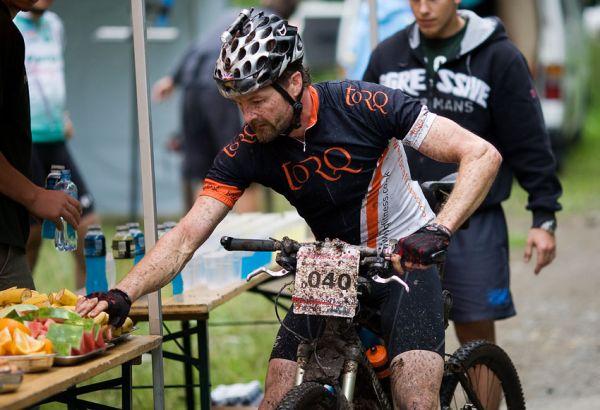 Bikechallenge 2009 - Charlie Eustace (ENG) na občerstvovačce