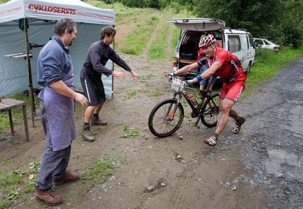 Bikechallenge 2009 - Kris de Nef (BEL) si neodpustil žádnou srandu, tady na občerstvovačce zajíždí k mechanikům...