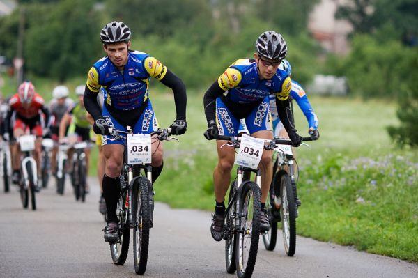 Bikechallenge 2009 - Franta Žilák a Petr Sulzbacher na jednom z mála asfaltů stoupají k náchodské Vyhlídce