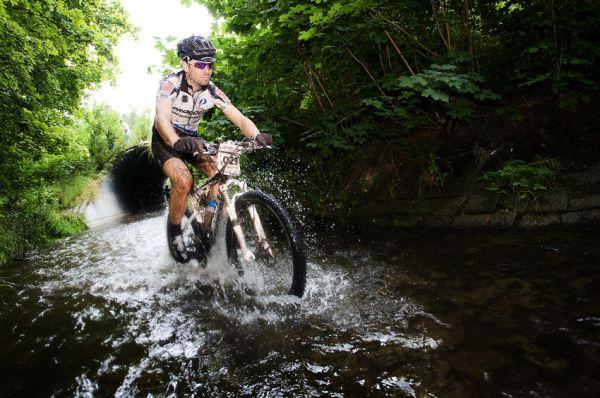 Bikechallenge 2009 - delší úsek 1. etapy vedl i potokem...