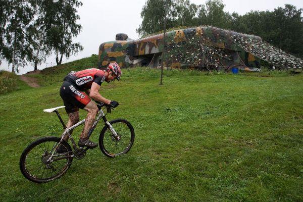 Bikechallenge 2009 - Tomáš Čada stoupá podél pevnosti Březinka