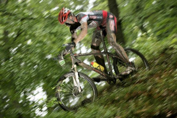 Mistrovstv� �R MTB XC 2009 - Karlovy Vary: Tom� Vokrouhl�k se postupn� propracov�val dop�edu